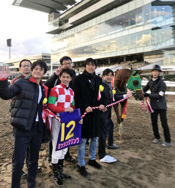 サロンメンバー・小田吉男氏所有のミッシングリンクがTCK女王盃を優勝! サロンメンバーと一緒に口取り!